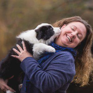 Frau mit einem Border Collie Welpen